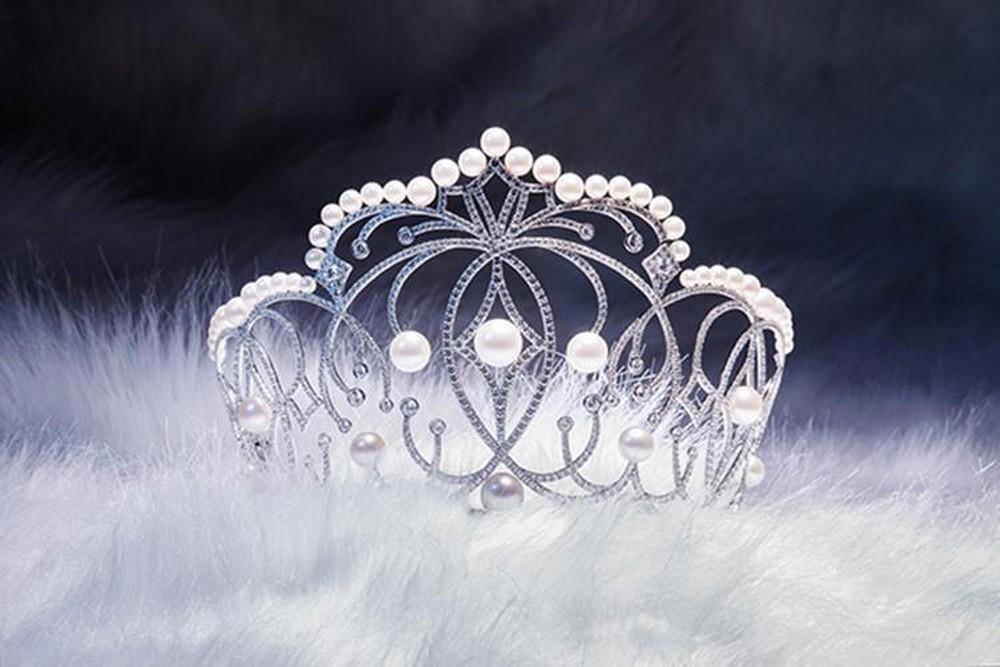 Trang sức ngọc trai : Ngọc trai được gắn trên vương miện của hoa hậu