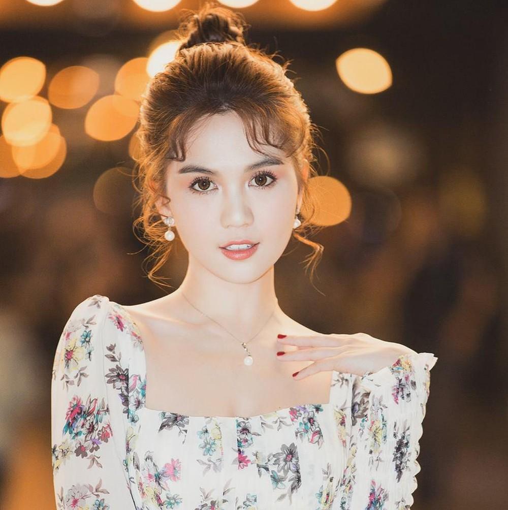 Ngọc Trinh cần chải tóc đơn giản, diện bộ trang sức ngọc trai hợp mốt