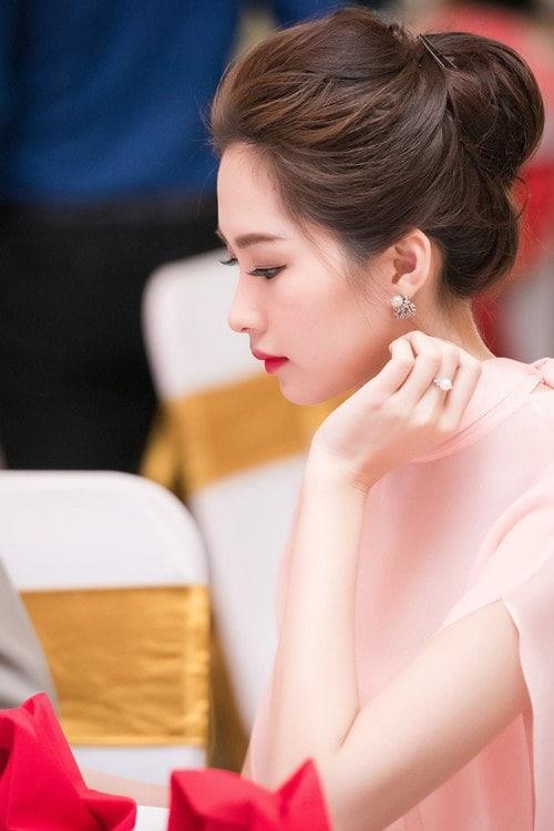Trang sức Hoa hậu Đặng Thu Thảo diện trang sức ngọc trai với kiểu búi gọn tóc nhẹ nhàng