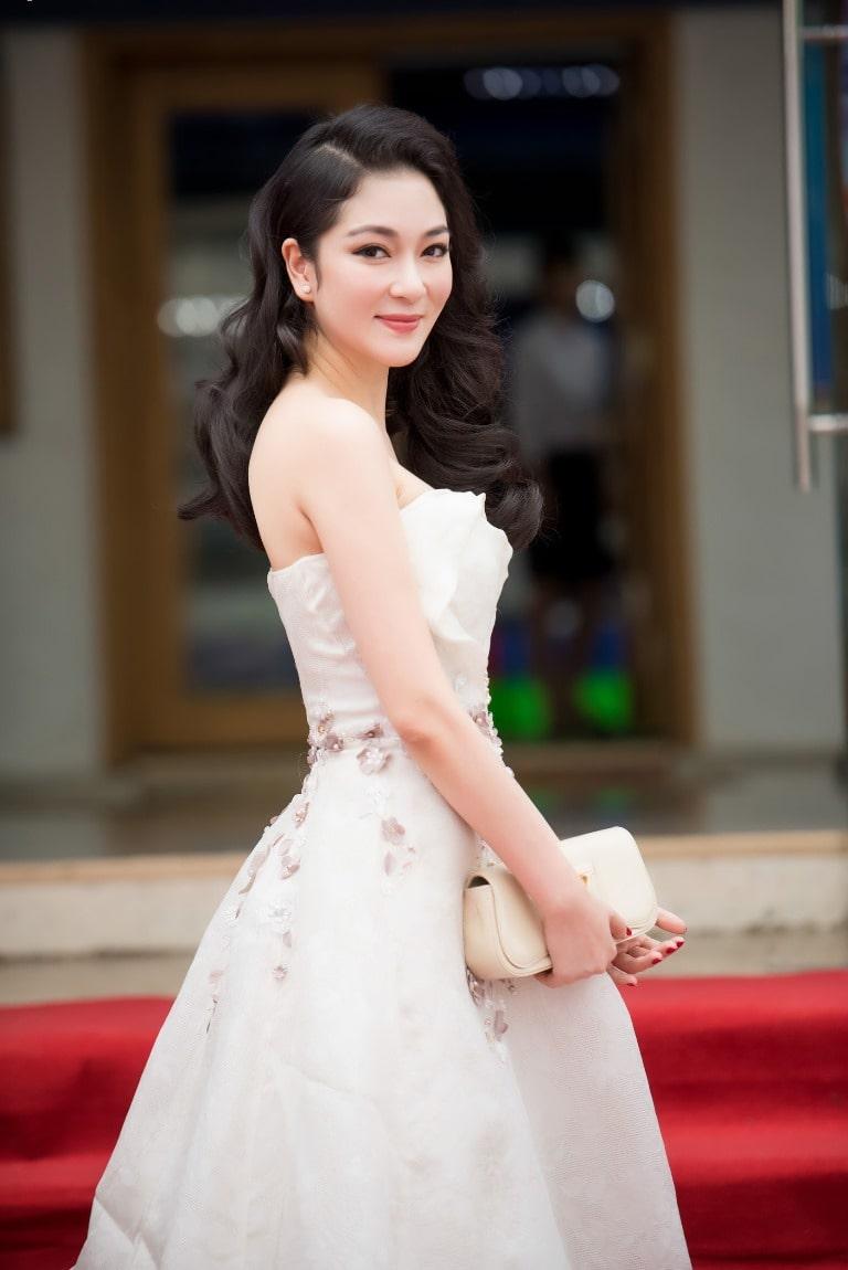 Người mẫu Nguyễn Thị Huyền diện trang sức ngọc trai với đầm trắng nhẹ nhàng